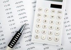 Calculatrice avec des nombres et stylo sur le bureau images stock