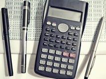 Calculatrice avec des stylos Images libres de droits