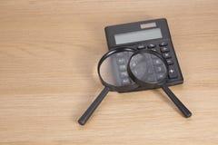 Calculatrice avec deux loupes sur la table Photos libres de droits