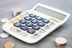 Calculatrice avec l'argent sur le fond gris Photo stock