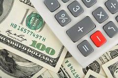 Calculatrice avec le bouton rouge moindre au-dessus des dollars photo libre de droits