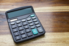 Calculatrice avec le fond en bois de table Image stock