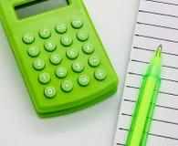 Calculatrice avec le stylo et le carnet photographie stock libre de droits