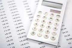 Calculatrice blanche avec des nombres sur une feuille image stock
