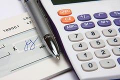Calculatrice blanche avec un crayon lecteur et une signature Photo stock