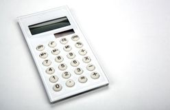 Calculatrice blanche d'affaires sur un bureau blanc images stock
