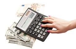 Calculatrice chez les mains de la femme Image libre de droits