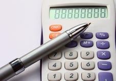 Calculatrice colorée blanche avec un crayon lecteur sur le blanc Images stock