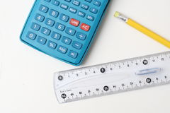 Calculatrice, crayon et grille de tabulation Photographie stock