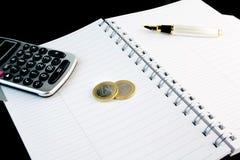 Calculatrice, crayon lecteur, bloc-notes et argent Images stock