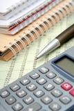 Calculatrice, crayon lecteur et cahiers Photos libres de droits