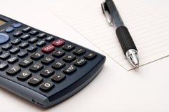 Calculatrice, crayon lecteur et papier Photos libres de droits