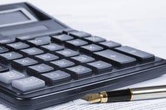 Calculatrice, crayon lecteur, papiers Image libre de droits