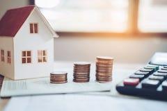 Calculatrice de concept d'argent d'économie coûtée pour la maison images libres de droits