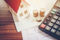 Calculatrice de concept d'argent d'économie coûtée pour la maison image stock