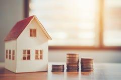 Calculatrice de concept d'argent d'économie coûtée pour la maison image libre de droits