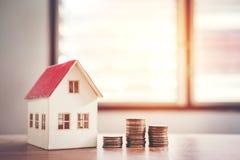 Calculatrice de concept d'argent d'économie coûtée pour la maison photo stock