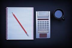 Calculatrice de crayon de cahier et tasse vérifiées de Image stock