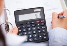 Calculatrice de With Document And d'homme d'affaires Photographie stock libre de droits