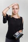 calculatrice de femme d'affaires choquée Image stock