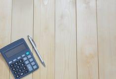Calculatrice de table de bureau de vue supérieure avec le stylo sur la table Photographie stock