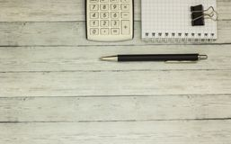 Calculatrice de table de bureau de vue supérieure avec le stylo sur la table pour l'espace d'affaires et de copie Images libres de droits