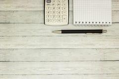 Calculatrice de table de bureau de vue supérieure avec le stylo sur la table pour l'espace d'affaires et de copie Image stock