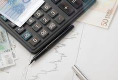 Calculatrice, diagramme et l'argent Photographie stock