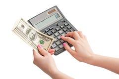 Calculatrice et argent chez les mains de la femme Photos stock