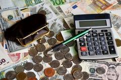 Calculatrice et argent de portefeuille de Ballpen photo stock