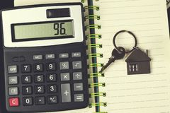 Calculatrice et clé sur le bloc-notes photographie stock libre de droits