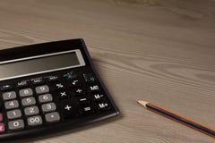 Calculatrice et crayon Photos stock