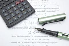 Calculatrice et crayon lecteur photo libre de droits