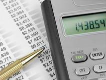 Calculatrice et crayon lecteur d'impôts photographie stock libre de droits