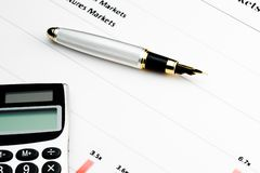 Calculatrice et crayon lecteur sur le diagramme financier Photographie stock