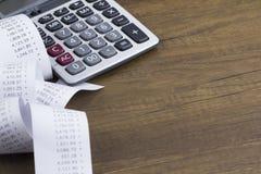 Calculatrice et de bande paerforée imprimé Photo libre de droits