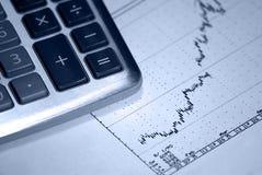 Calculatrice et diagramme positif de barre de revenu Images libres de droits