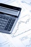 Calculatrice et diagramme positif de barre de revenu Photos stock