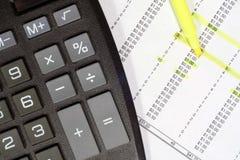 Calculatrice et données financières Photos stock