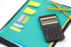 Calculatrice et fournitures de bureau financières Photo stock