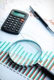 Calculatrice et loupe sur le graphique de gestion. Photographie stock libre de droits