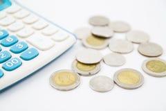 Calculatrice et pièce de monnaie Image stock