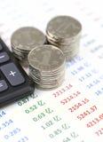 Calculatrice et pièces de monnaie sur la liste de données comptables Photos stock