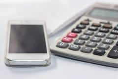 Calculatrice et téléphone à employer pour communiquer images stock