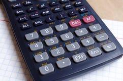 Calculatrice maths Calculs d'école Deux et quatre Carnet de Bugtery Bureau à travailler dans le bureau Approvisionnements d'?cole images stock