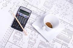 Calculatrice, pancil et cuvette de café Images stock