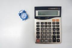 Calculatrice pour rendre compte avec l'horloge comme date-butoir images libres de droits