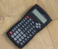 Calculatrice scientifique de Standaard sur le fond en bois images libres de droits
