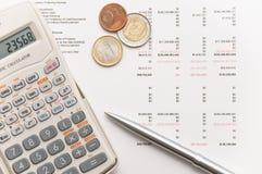 Calculatrice scientifique, pièces de monnaie et crayon lecteur argenté Image libre de droits