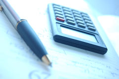 Calculatrice, stylo-plume Image libre de droits